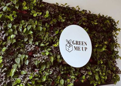 "Pflanzenwand mit Logo ""Green me up"""
